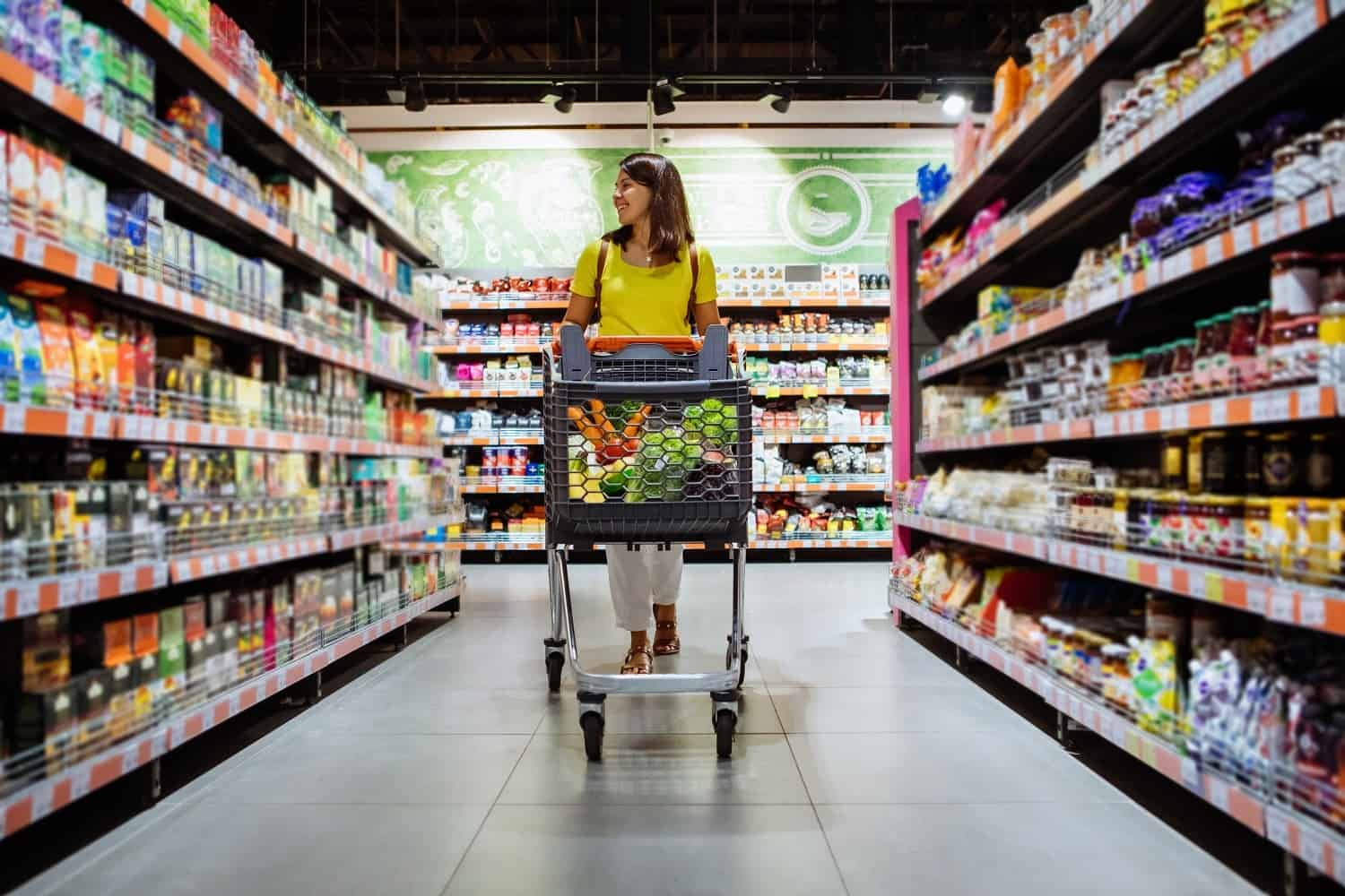 Shipt shopper pay: a grocery shopper in the middle of an aisle